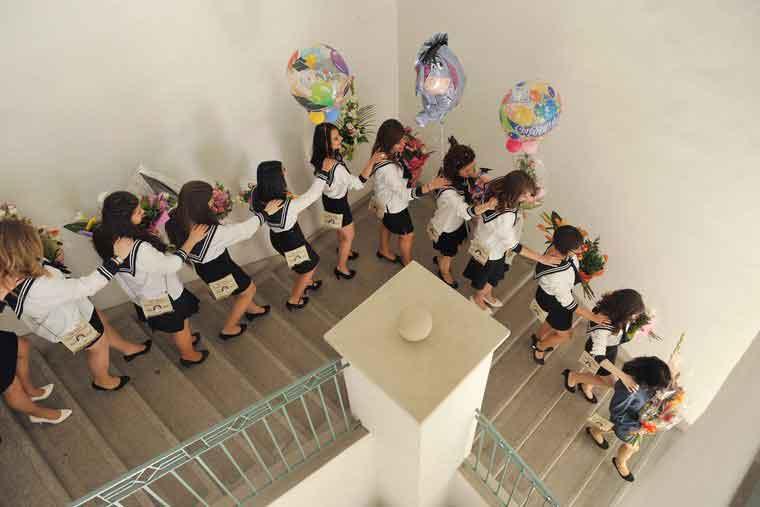 Éneklő ballagó diákok