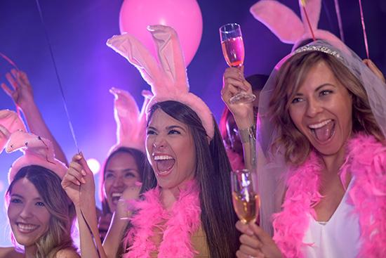 Lánybúcsú parti az ünnepelt bevonásával