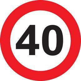 40-es sebességkorlátozó tábla az Ünnepek Áruházán